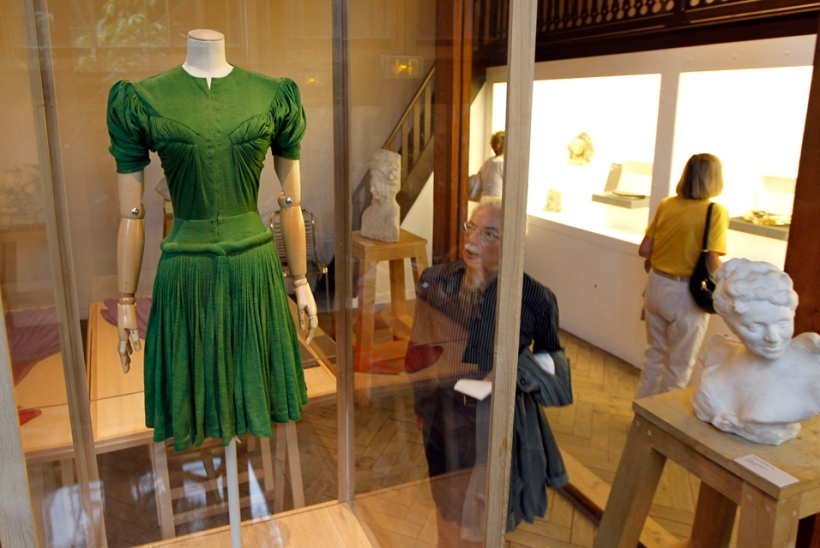 "The creation ""Femina dress, 1946″ by French fashion designer Madame Gres (1903-1993) is displayed during the exhibition ""Madame Gres, Couture at Work"" at the Bourdelle Museum in Paris July 7, 2011. For this celebrated couturier, who pleated and draped her waythrough a half century career in fashion, the art of meticulously folding fabric over the body to create dramatic sculpted forms elevated craft to art. Some 80 flowing creations from the artist who died in 1993 are on display this summer at Paris' Musee Bourdelle, the first retrospective of this legendary Parisian with the signature Angora turban to whom contemporary fashion designers owe much. The exhibition will end on August 28.  Story from PARIS (REUTERS) (Reporting by Alexandria Sage, editing by Paul Casciato)"